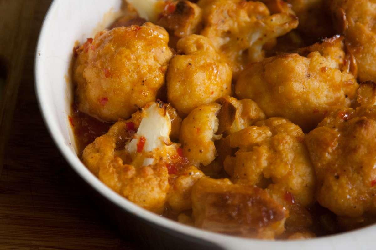 הבלוג של לייזה פאנלים | יומן מטבח קטן של עקרת בית גדולה | כרובית אפויה ברוטב צ'ילי מתוק 1