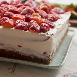 הבלוג של לייזה פאנלים | יומן מטבח קטן של עקרת בית גדולה | עוגת תותים וקצפת 5