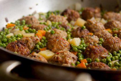 הבלוג של לייזה פאנלים | יומן מטבח קטן של עקרת בית גדולה | קציצות עם אפונה 1