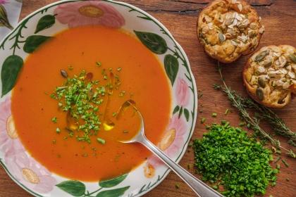 מרק עגבניות עם מאפינס יוגורט וירקות אפויים